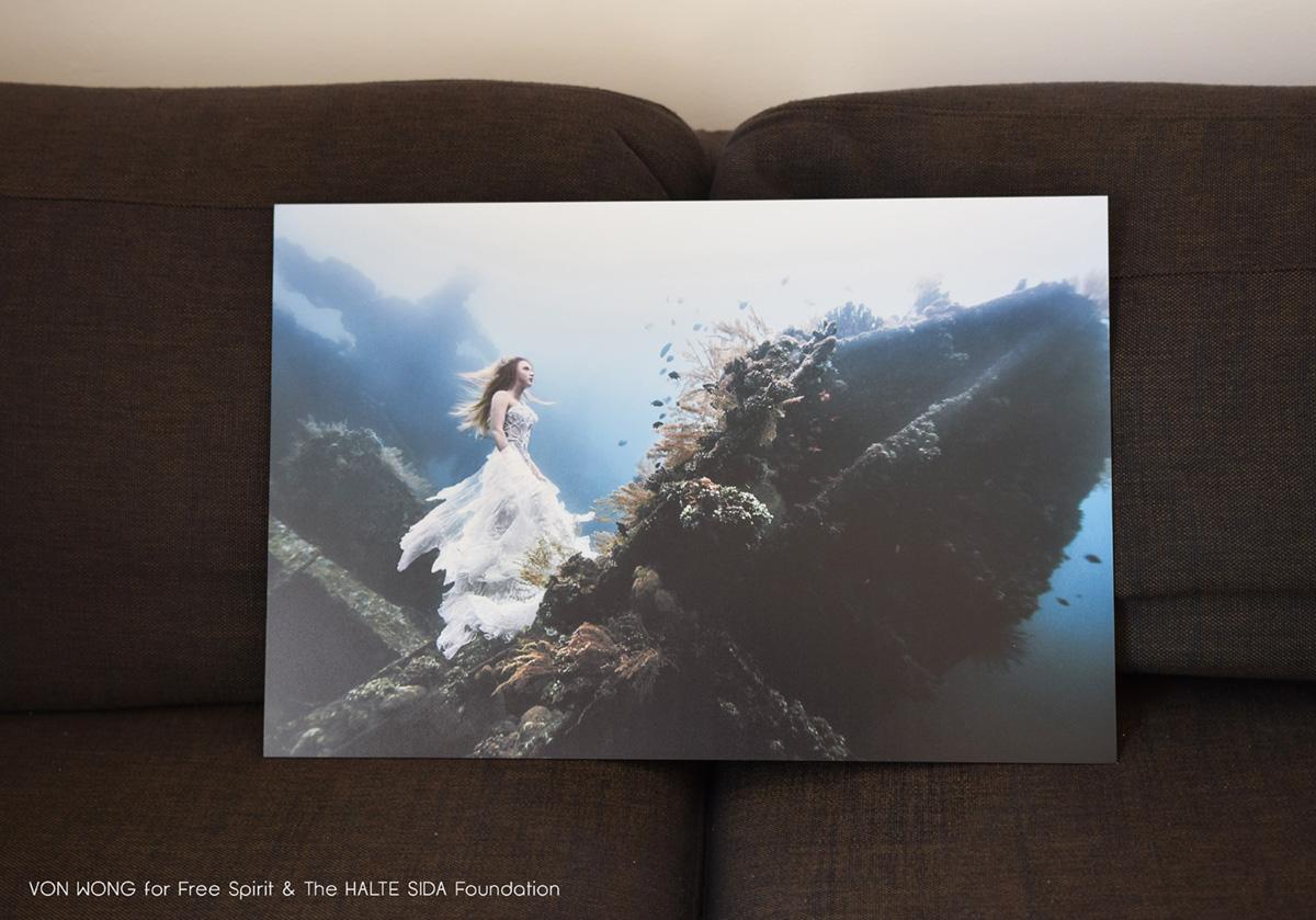 Photo de Von Wong underwater sur une épave bateau femme robe blanche