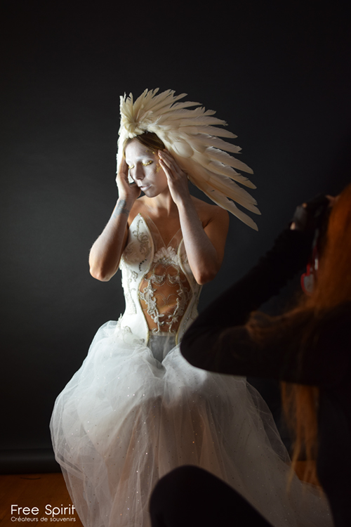 coiffes ailes plumes blanches Free Spirit Fallen Angels Rebecca M photo séance paris masque doré headpiece headdress costume fraise au Loup hysteria machine fairytas ka amorastreya